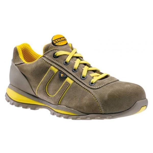 Szövetből készült cipő. Velúr cipő tárolás. A bőrönd cipő